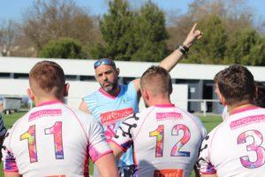 Coach de l'association de Rugby à 7 Esprit Sud Sevens, en pleine action avec sont équipe de 7, permet d'illustrer la vie dans l'associaiton pour motiver partenaires, bénévoles et joueurs pour la page rejoins nous.
