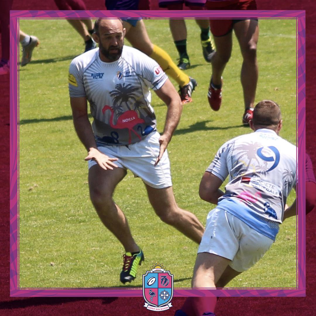 Image d'Olivier Dussaut président et joueur à l'association Esprit Sud Sevens, en pleine action pendant un match de rugby à 7, pour illustrer son portrait.