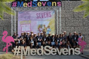 Photo de d'équipe de l'association Esprit Sud Sevens, lors d'un évènement de Sevens, tous portant le maillot d'Esprit Sud Sevens et un chapeau de paille