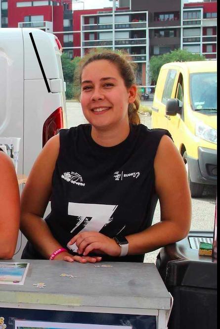 Manon Hamel, bénévole dans l'association de rugby à 7 Esprit Sud Sevens, en pleine action de bénévolat lors d'un évènement Esprit Sud Sevens.
